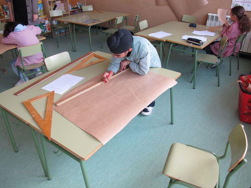 Dibuixant i retallant les formes en paper a escala 1:1