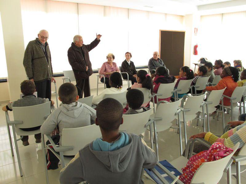 Visita als avis del Club Sant Jordi del barri del Remei. Els nens els pregunten com era abans el barri.