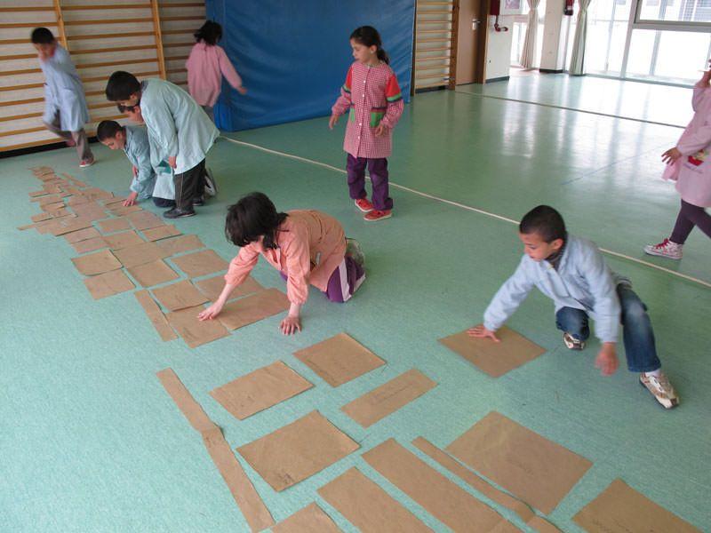 Els nens ordenen les plantilles retallades per fer la selecció de les diferents formes que es reproduiran en fusta.