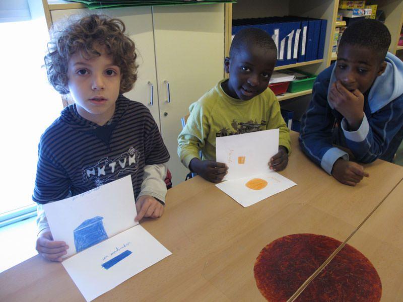 Cada nen tria un detall del barri pel seu color, que dibuixen i acoloreixen