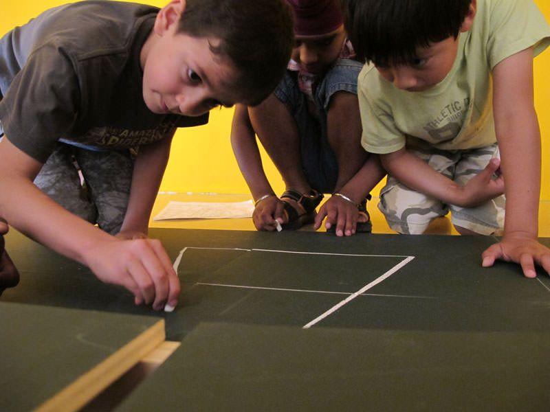 El gran joc El Constructors amb alumnes de La Síni en l'espai expositiu